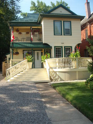 ELLIS HOUSE - JACUZZI & FIREPLACE BED & BREAKFAST SUITES